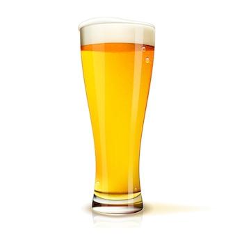Realistyczne na białym tle szklankę piwa z kroplami