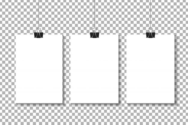 Realistyczne plakaty papierowe na przezroczystym tle do dekoracji i identyfikacji wizualnej.