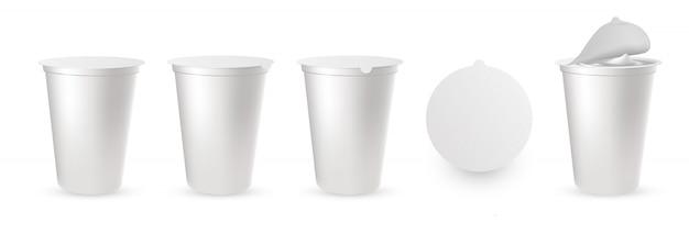 Realistyczne plastikowe opakowania na jogurt z pokrywką z folii, nasadka.