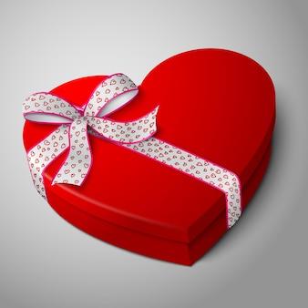 Realistyczne puste jasne czerwone pudełko w kształcie serca