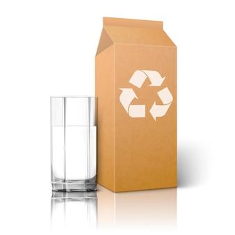 Realistyczne puste opakowanie papieru rzemieślniczego ze znakiem recyklingu i szklanką na koktajl z sokiem mlecznym itp