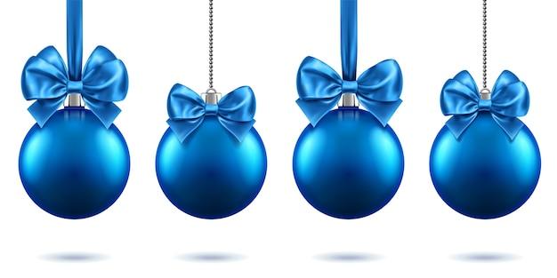 Realistyczne zabawki świąteczne lub noworoczne 2019 z kokardkami wiszącymi na łańcuchach. wesołych świąt jodły, niebieskie bombki z kokardkami, niebieskie kule na boże narodzenie. motyw uroczystości