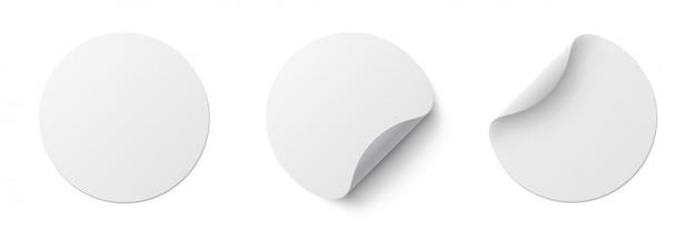Realistyczne zestaw białych okrągłych naklejek samoprzylepnych z zakrzywionym rogiem i cieniem. biała okrągła naklejka na białym tle.
