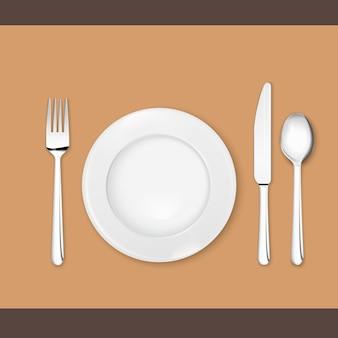 Realistyczne zestaw sztućców (łyżka, widelec, nóż i talerz) na białym tle.