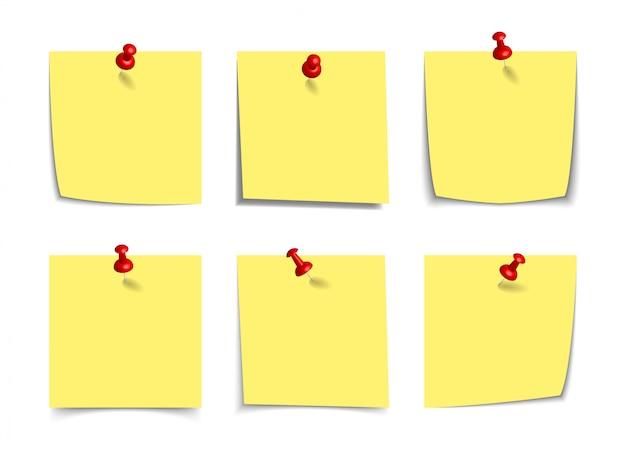 Realistyczne żółte karteczki z realistycznymi 3d pinezkami, pinezkami na białym tle. kwadratowe lepkie przypomnienia z cieniami, papierowa makieta strony.