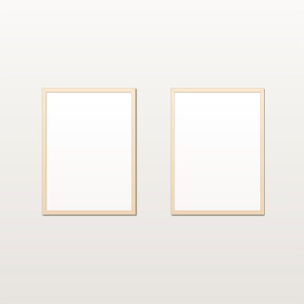 Realistyczny biały plakat w drewnianej ramie na lekkiej ścianie