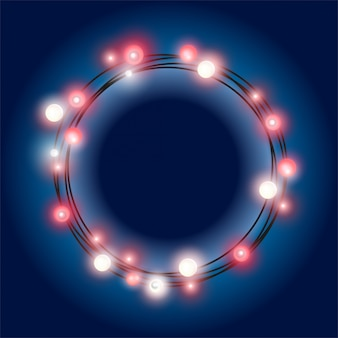 Realistyczny, błyszczący, okrągły ciąg girlandy bożonarodzeniowej z żarowych czerwonych lamp na ciemnym niebieskim tle