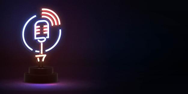 Realistyczny na białym tle neon znak mikrofonu na antenie