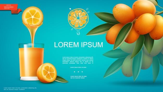 Realistyczny naturalny sok owocowy szablon ze szklanką pełną zdrowego napoju i gałąź ilustracji dojrzałych owoców kumkwatu