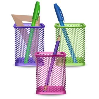 Realistyczny prosty ołówek, linijka, zielone i niebieskie długopisy, biuro i materiały piśmienne w koszu na białym tle, ilustracja