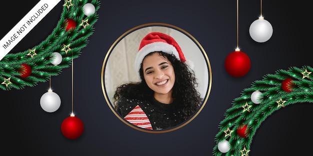 Realistyczny świąteczny baner z ramką na zdjęcia zielony liść okrągły złoty obramowanie białe i czerwone kulki świąteczne złote gwiazdy światła