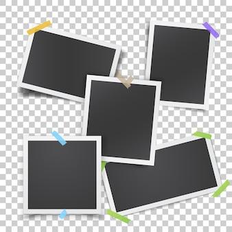Realistyczny szablon z papierowymi ramkami do zdjęć przyklejonymi taśmą klejącą