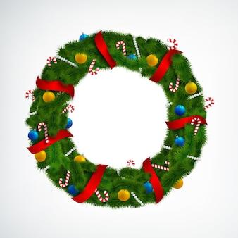 Realistyczny wieniec bożonarodzeniowy ozdobiony czerwonymi wstążkami, cukierkami i bombkami na białym tle