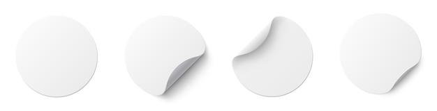 Realistyczny zestaw białych okrągłych naklejek samoprzylepnych z zakrzywionym rogiem i cieniem.