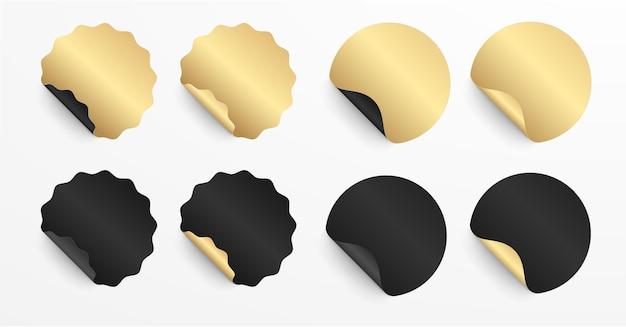 Realistyczny zestaw czarno-złote naklejki lub makieta łatek. puste etykiety o różnych kształtach okrągłe i okrągłe. 3d
