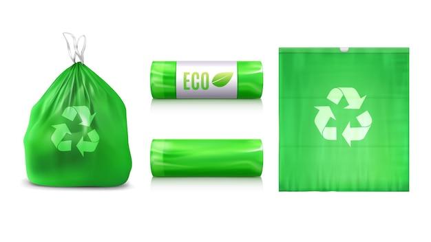 Realistyczny zestaw ekologicznych plastikowych worków na śmieci z odosobnionymi widokami opakowania worków na śmieci z ilustracją znaku recyklingu