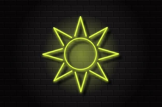 Realistyczny znak neonowego słońca do dekoracji i pokrycia na tle ściany.