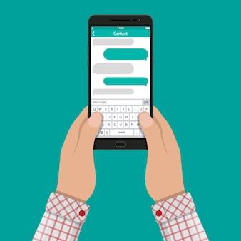 Ręce i smartfon z aplikacją do przesyłania wiadomości sms