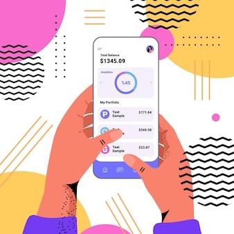 Ręce korzystające z aplikacji kryptowalutowej na smartfonie wirtualne pieniądze portfel bankowy transakcja waluta cyfrowa
