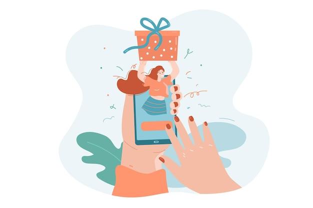 Ręce osoby wysyłającej prezent do przyjaciela za pośrednictwem aplikacji na telefon szczęśliwa kobieta trzyma pudełko na prezent