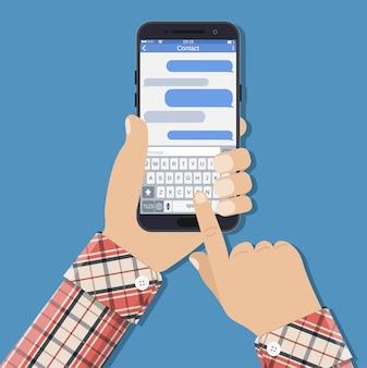 Ręce trzyma smartfon z aplikacją do przesyłania wiadomości sms.