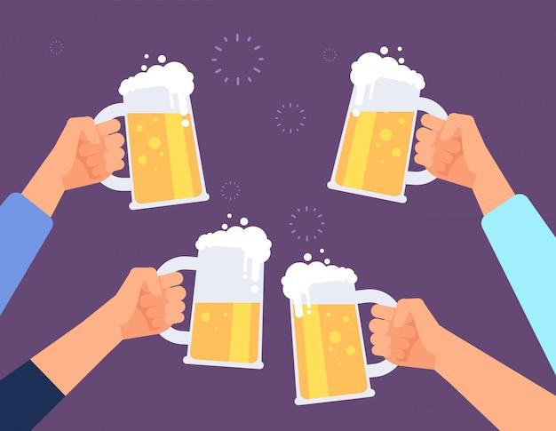 Ręce trzyma szklanki do piwa. szczęśliwi ludzie szczękają. kumpel pije piwo w barze.