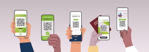Ręce trzymające smartfony z cyfrowymi certyfikatami szczepień i globalnymi paszportami odpornościowymi koncepcja odporności na koronawirusa pozioma ilustracja wektorowa