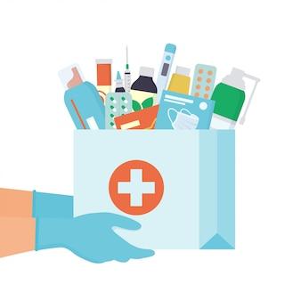 Ręce w jednorazowych rękawiczkach z papierową torbą z lekami, lekami, pigułkami i butelkami w środku