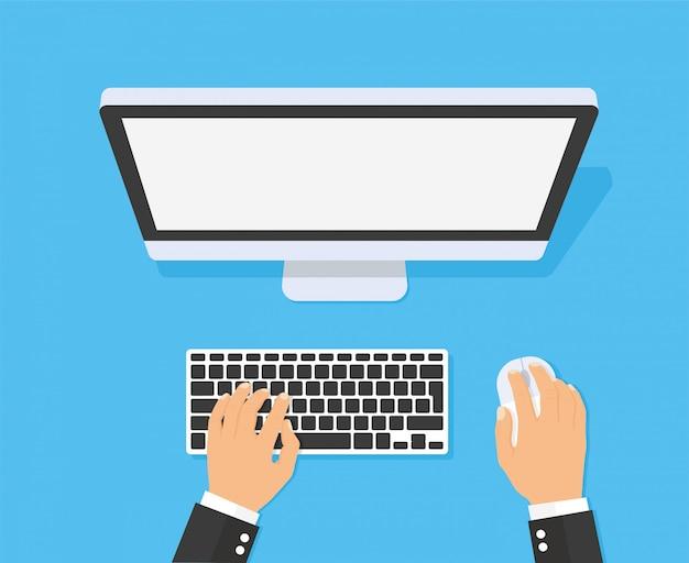 Ręce, wpisując tekst na klawiaturze komputera