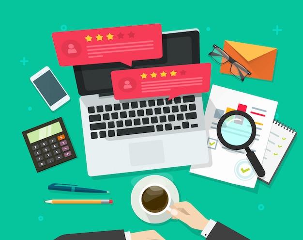 Recenzje oceny bańki mowy lub referencje na komputerze przenośnym i ilustracji wektorowych pracy biurka w stylu płaskiej kreskówki