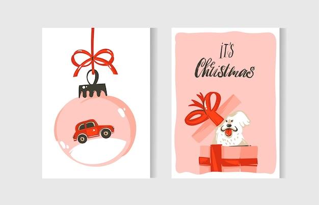 Ręcznie rysowane abstrakcyjna zabawa wesołych świąt bożego narodzenia kolekcja kart kreskówka zestaw z słodkie ilustracje, pudełka na prezenty niespodzianka, psy i odręczny tekst nowoczesnej kaligrafii na białym tle.