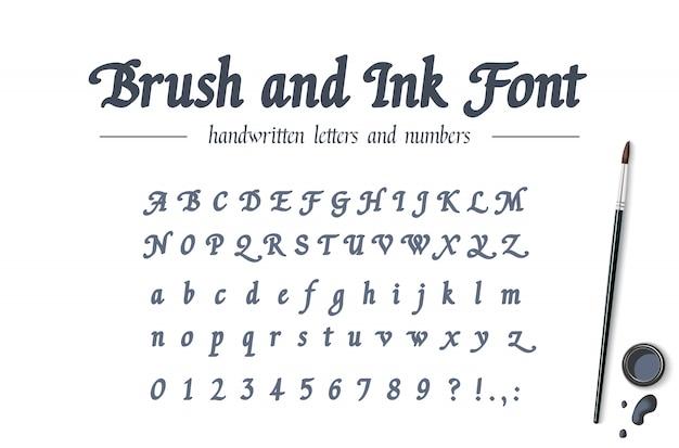 Ręcznie rysowane alfabet napisany pędzlem i atramentem. uniwersalna pogrubiona odręczna czcionka. klasyczny skrypt kaligrafii w stylu retro. nowoczesny krój z liter, cyfr