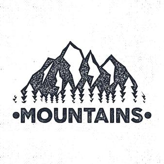 Ręcznie rysowane etykiety przygodowe. ilustracja góry i las.