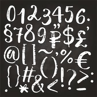Ręcznie rysowane kaligraficzne numery, ampersand i symbole napisane pędzelkiem.