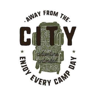 Ręcznie rysowane logo przygody z plecakiem i cytatem. odosobniony.