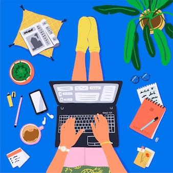 Ręcznie rysowane miejsce pracy w domu widok z góry. osoba siedzi z laptopem, przedmiotami biurowymi i papeterią, planami domu i kawą.
