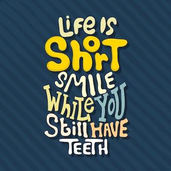 Ręcznie rysowane napis życie jest krótkim uśmiechem, gdy wciąż masz zęby