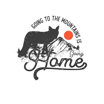 Ręcznie rysowane odznaka dziczy z górskim krajobrazem i inspirujące napis