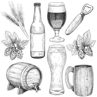 Ręcznie rysowane piwo. naszkicuj szklanki do piwa, kubki i beczkę, butelkę. chmiel, słód i jęczmień, obiekty dla napojów menu pubu grawerowanie wektor zestaw. elementy projektu kawiarnia na białym tle. napój z piwa rzemieślniczego