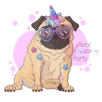 Ręcznie rysowane portret psa mops z rogiem jednorożca