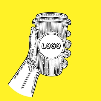 Ręcznie rysowane ręce trzymając filiżankę kawy na żółtym tle. miejsce na twoje logo. naszkicować.