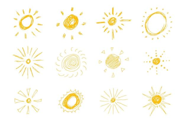 Ręcznie rysowane słońca. duży zestaw prostych szkiców słońc. symbol słońca. żółty doodle na białym tle. ilustracja wektorowa.