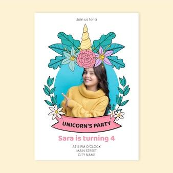 Ręcznie rysowane zaproszenie urodzinowe jednorożca z szablonem zdjęcia