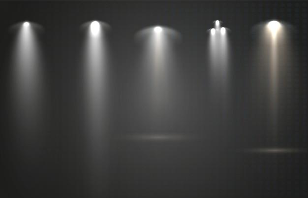 Reflektory ustawione na przezroczystym tle wektor świecący efekt świetlny ze złotymi promieniami i
