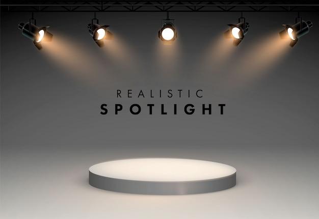 Reflektory z jasną sceną świecącą w kolorze białym. efekt świetlny z projektora, ilustracja projektora do oświetlenia studyjnego cztery reflektory świecą od dołu do podium.