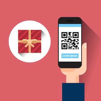 Ręka chwyta mądrze telefon skanuje qr kod z prezenta pudełka wiadomości zakupy sprzedaży pojęciem
