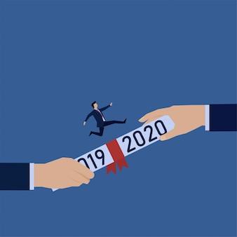 Ręka daje kontrakt z tekstem 2019 i 2020, a człowiek biegnie nad nim