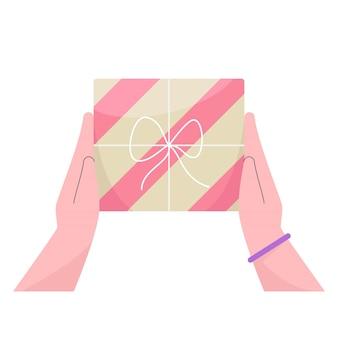 Ręka ludzi trzymających pudełko na prezent