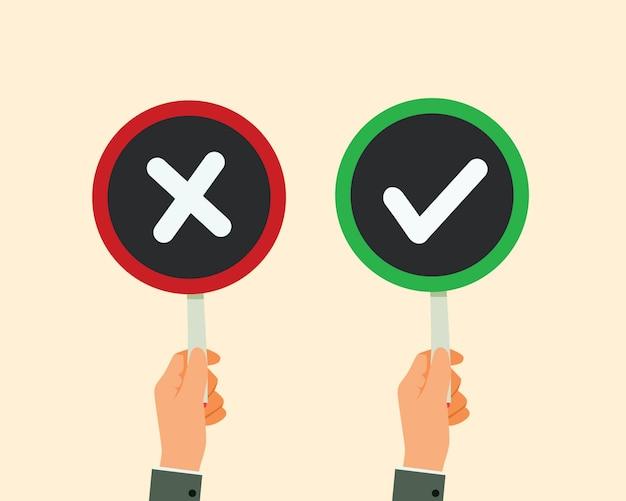 Ręka mężczyzny przytrzymaj znak wyboru szyld i czerwony x