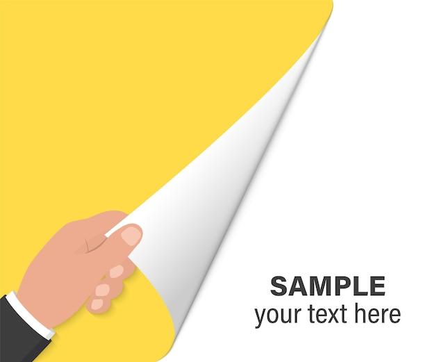 Ręka obraca stronę na białym tle. ręka obracając pustą stronę. zbliżenie dłoni obracającej pustą stronę z miejscem na kopię